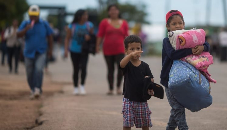 Venezuelan people cross the border to seek asylum, but also to buy food, medicine and other essential items and return to their countries.